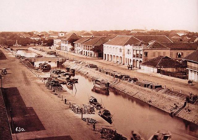 Le Grand Canal et la rue Charner - Hình này chụp trước năm 1880 khi chưa có nhà thờ Đức Bà