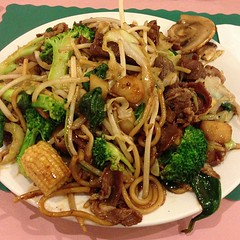 vegetarian food(0.0), meat(0.0), produce(0.0), noodle(1.0), mie goreng(1.0), bakmi(1.0), shahe fen(1.0), fried noodles(1.0), beef chow fun(1.0), lo mein(1.0), pancit(1.0), thai food(1.0), spaghetti(1.0), hokkien mee(1.0), char kway teow(1.0), food(1.0), dish(1.0), yakisoba(1.0), chinese noodles(1.0), yaki udon(1.0), pad thai(1.0), cuisine(1.0), chinese food(1.0), chow mein(1.0),