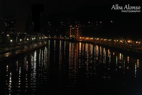 De por sí Bilbao de noche es bonito, pero duplicado en reflejos se me va de las manos expresarlo.