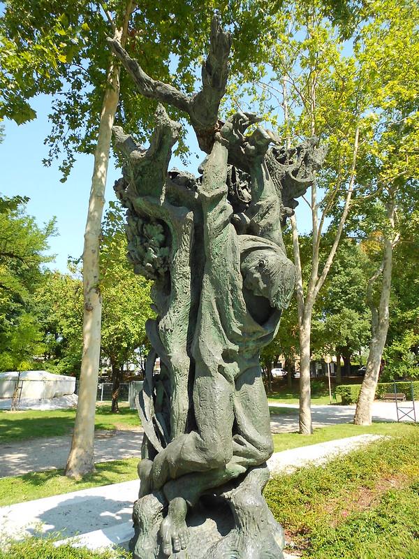 monumento alla resistenza, giardini di viale Piave a Mantova