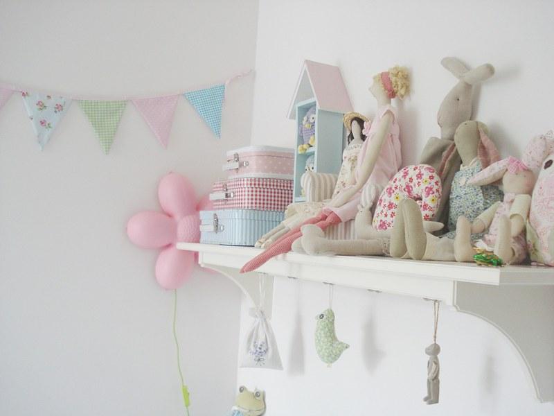 półka z lalkami