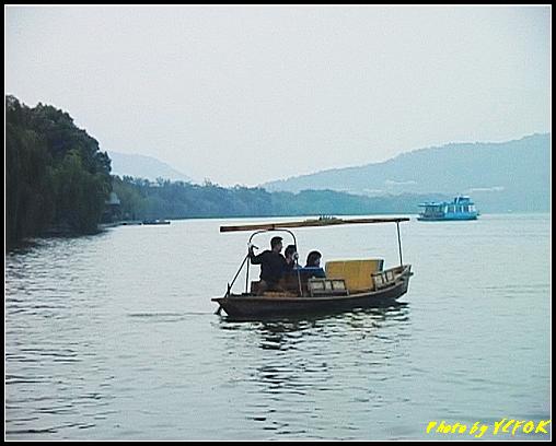 杭州 西湖 (其他景點) - 308 (在西湖十景之 蘇堤 蘇堤花港觀魚的結束點旁看蘇堤及遊湖小艇)