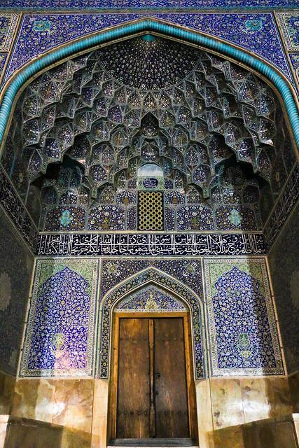Entrance of Sheikh Lotfollah mosque at night, Isfahan イスファハン、マスジェデ・シェイフ・ロトゥフォッラー入口