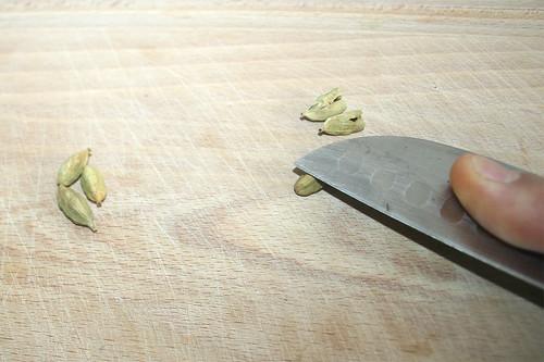 29 - Kardamonkapseln aufbrechen / Break up cardamom capsules