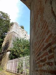 Fontenay-le-Comte. Tour de la Boulaye et entrée du parc Baron (ancien château) depuis l'impasse Mouillebert