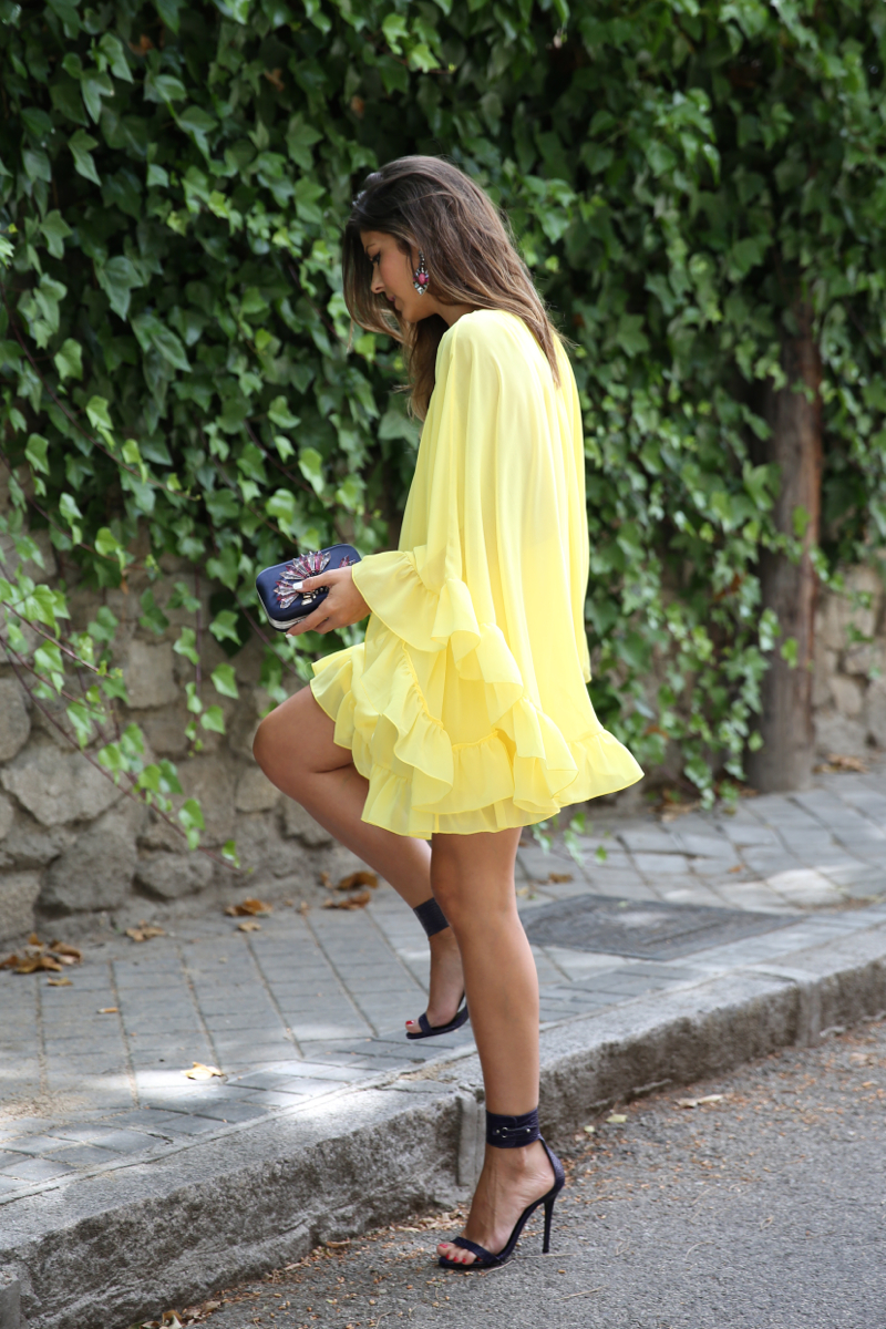 trendy_taste-look-outfit-street_style-ootd-blogger-blog-fashion_spain-moda_españa-yellow_dress-vestido_amarillo-boda-wedding-evento-clutch_pedreria-mas34-sandalias_azules-blue_sandals-9