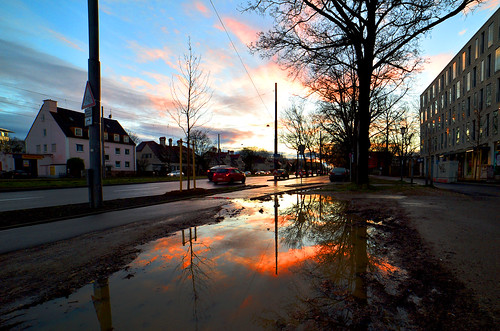 germany munich deutschland münchen bavaria bayern sunset sonnenuntergang regen rain pfütze puddle reflection spiegelung clouds wolken sky himmel red rot ©allrightsreserved