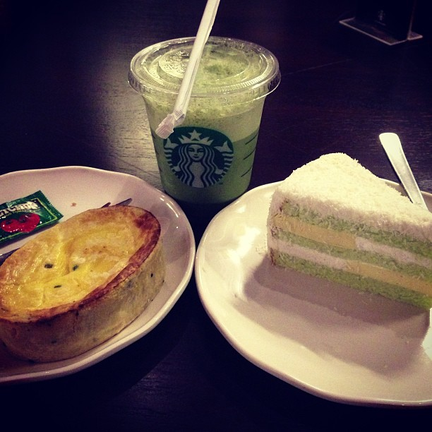 My Bali Starbucks dinner. Pandan coconut cake and smoked beef quiche. And skim milk green tea latte! #starbucks #travel #bali #art #holiday #sanur #sanurbeach
