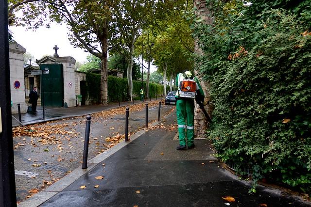 モンマルトル墓地の脇を通る。枯れ葉清掃、これからたいへんだろうなあ。
