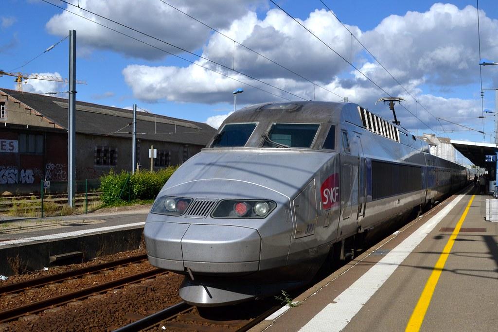 Passage et arrêt du TGV pour Paris.
