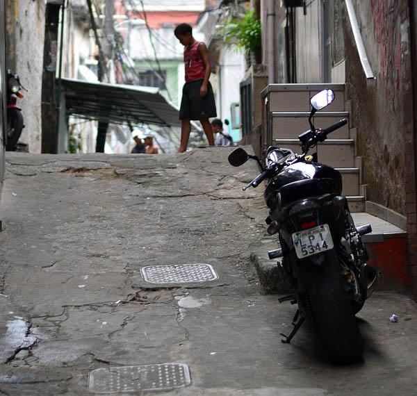 Moto de alta cilindrada y niño en la favela Rocinha