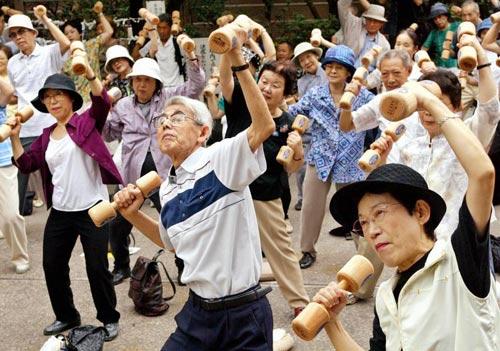 Tập nâng vật nặng tốt cho người bệnh run chân tay