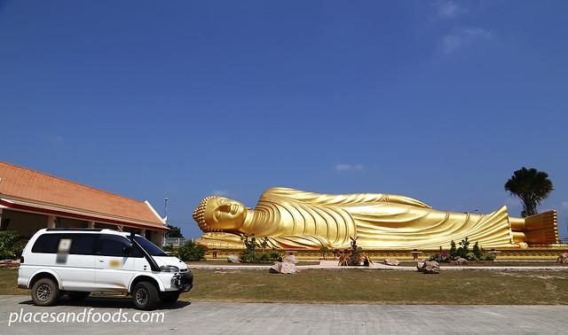 Wat Phranon Laem Pho with van