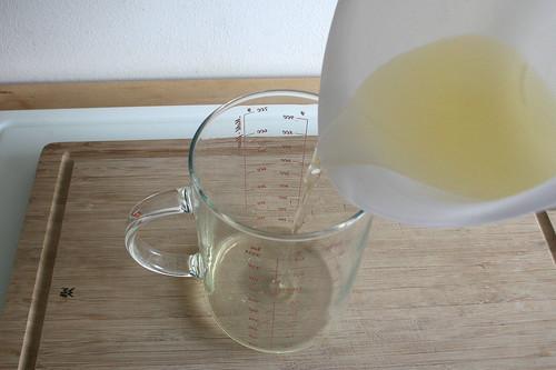 21 - Pfirsichsaft abmessen / Gauge peach juice