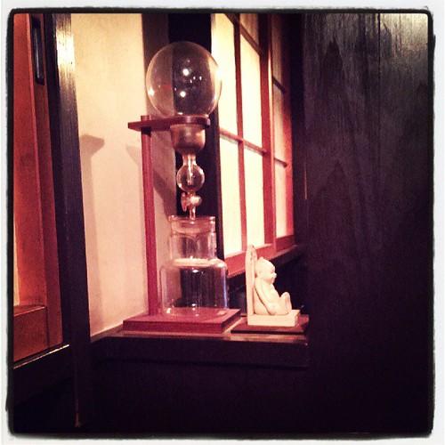 『cafe de なにわや』のビリケンさん。浅草ながら関西弁が飛び交う珈琲屋。