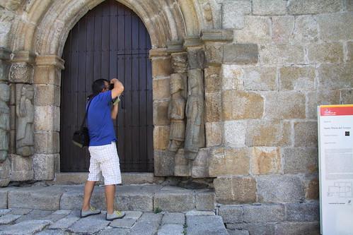 Turista fotografiando detalles de la fachada románica de Santa María del Azogue / Foto: turismoytren