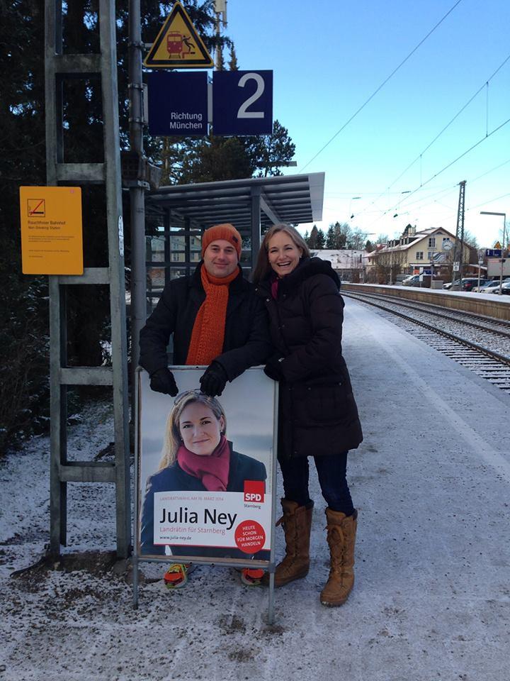 Horst Wiegand und Julia Ney am S-Bahnhof Feldafing