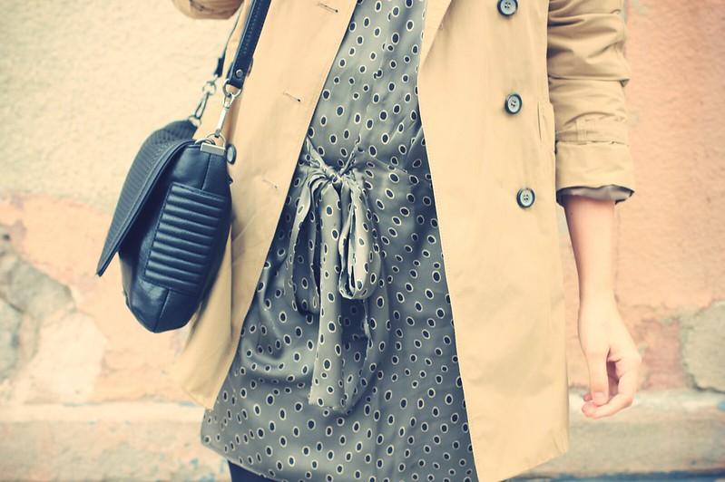 Look vestido, botas altas y gabardina