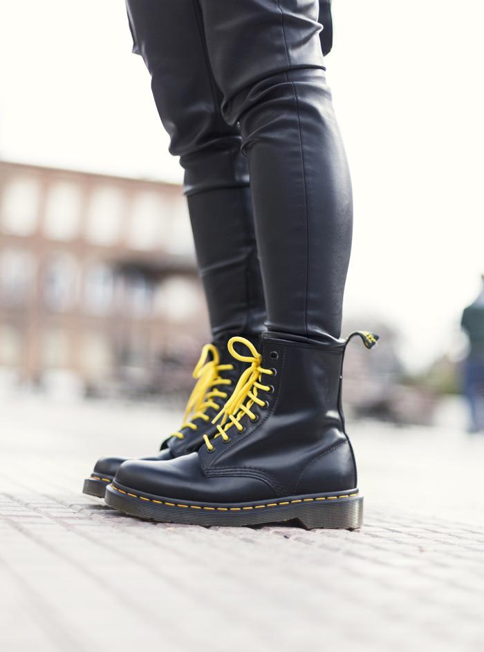 e61d9862938 street style barbara crespo dr. martens yellow and black fashion blogger  outfit blog de moda