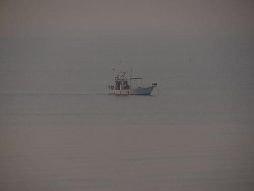 Fernes Boot im Nebel der Adria vor Lido di Jesolo kaum kommt Licht vom Himmel ungestört nennt diesen Italien Reise am Adria Strand 1876