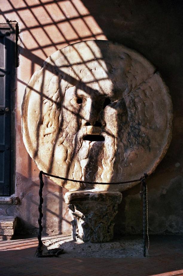 Afortunadamente el día que visité la iglesia de Santa María in Cosmedin y la Bocca de la Verità, había muy poca gente y pude hacer ésta foto sin nadie ...  Boca de la verdad de Roma - 9496750012 e0b019fcaa o - Boca de la verdad de Roma