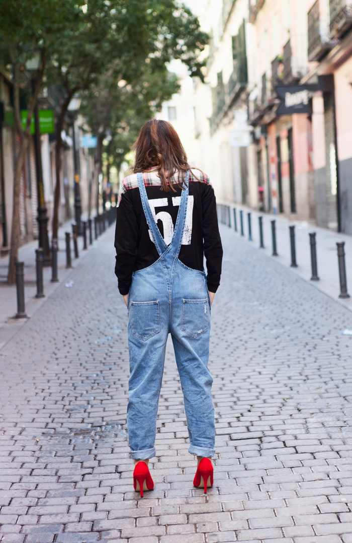 street style barbara crespo red shoes menbur denim jumpsuit zara front row shop outfit