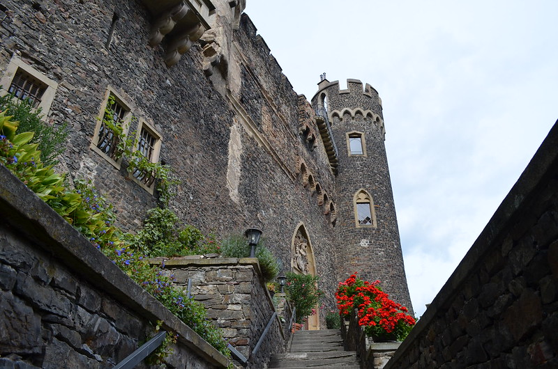 Rheingau Romantik Tour_stairs to Burg Rheinstein