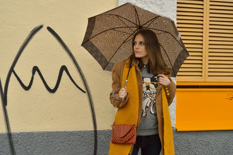 lara-vazquez-madlula-fashion-blog-yellow-mustard-colour-putfit-winter-umbrella