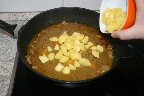 43 - Kartoffeln in die Pfanne geben / Add potatoes