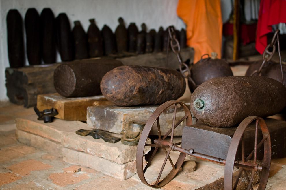 Balas de cañon utilizadas por el ejército aliado contra Paraguay, son exhibidas en el museo histórico de Paso de Patria, Departamento de Ñeembucú, así como otros armamentos de la época de la Guerra Grande. Cientos de objetos como estos están bien conservados y clasificados en este museo para la contemplación de sus visitantes. (Elton Núñez)
