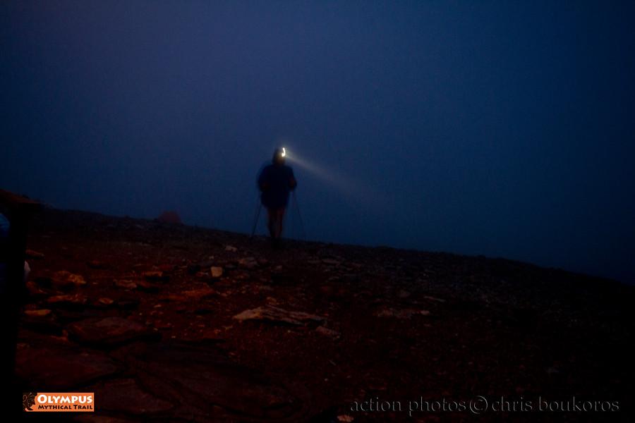 Εμβληματική η μοναχική φιγούρα του δρομέα μέσα στην πυκνή ομίχλη στον Olympus Mythical Trail | Photo (c): Chris Boukoros