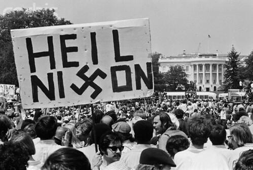09 May 1970, Washington, DC, USA - Một đám đông sinh viên đứng bên ngoài Nhà Trắng, biểu tình phản đối chiến tranh Việt Nam