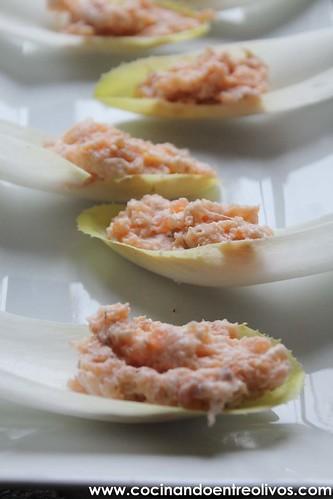 Barquitas de endivias con mousse de salmon www.cocinandoentreolivos (12)