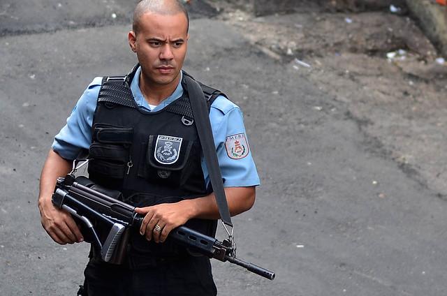 Policia armada de Brasil que guarda la seguridad en las calles del país