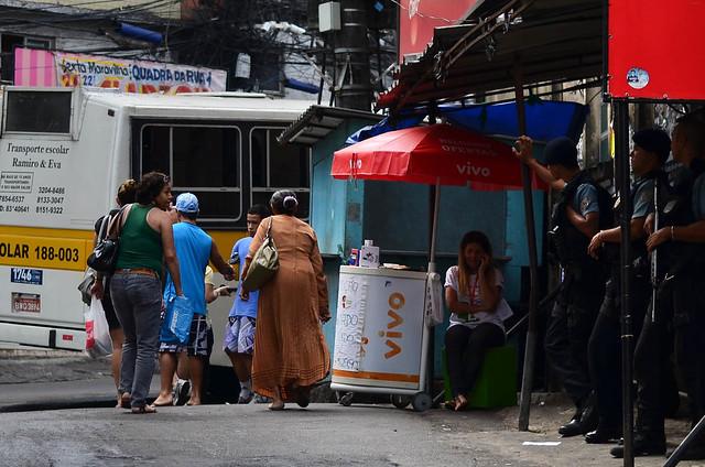 El BOPE de la favela Rocinha de Rio de Janeiro vigilando a pie de calle