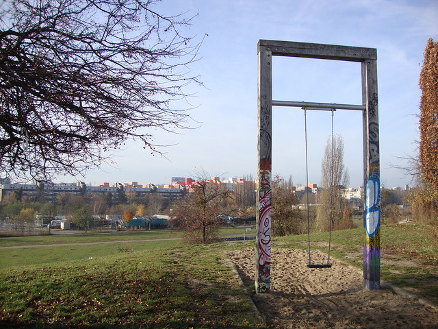Mauerpark Berlin_swing overlooking park