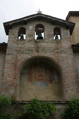 Torgiano: mura con affresco