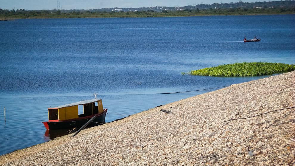 Una embarcación se estaciona en la bahía de Asunción en espera de clientes para hacer paseos por el Río Paraguay por la suma de 10.000 guaraníes por persona, durante los fines de semana en que se concentra personas en la costanera de Asunción. (Elton Núñez).