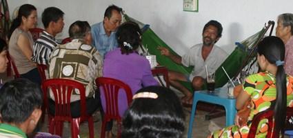 """""""Thần y"""" Võ Tấn Hùng (ngồi trên võng) chữa bệnh bằng cách hỏi chuyện và huơ tay huơ chân vài cái."""