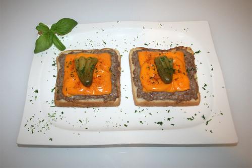 12 - Bratwurst-Toast - Serviert / Served