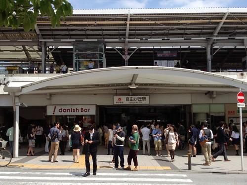 自由が丘駅前 にぎわっています by haruhiko_iyota