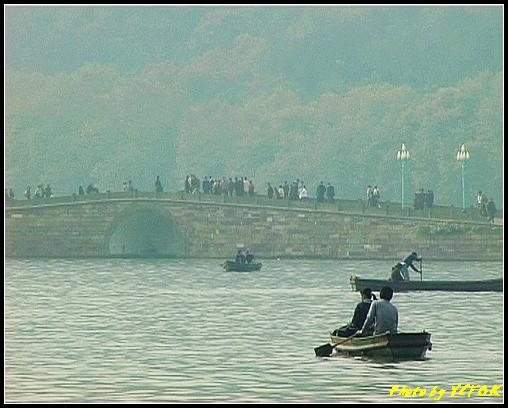杭州 西湖 (其他景點) - 646 (湖濱路湖畔旁望向 西湖十景的(斷橋殘雪)斷橋)
