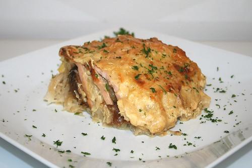 43 - Bayrischer Fleischkäse-Sauerkraut-Auflauf - Seitenansicht / Bavarian meat loaf sauerkraut casserole - Side view