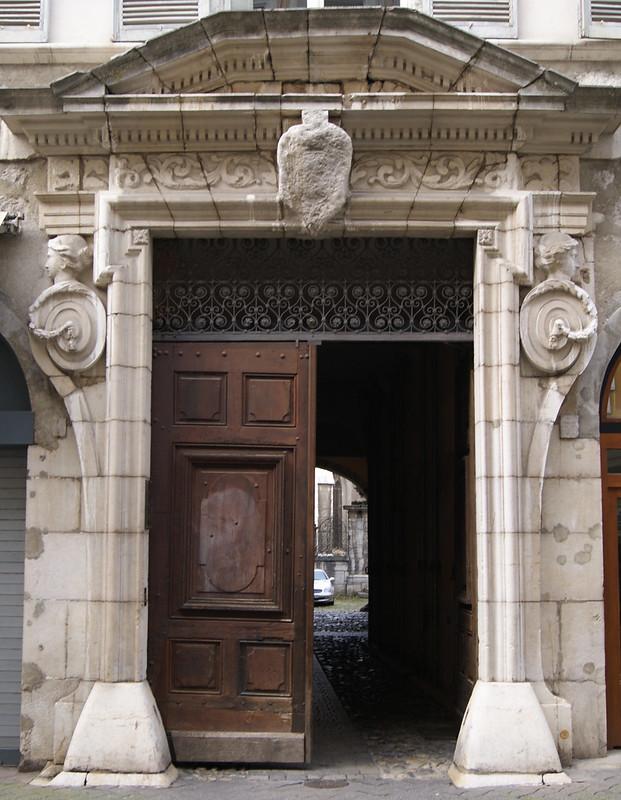 Porte de l'hôtel Castagnery-de-Chateauneuf