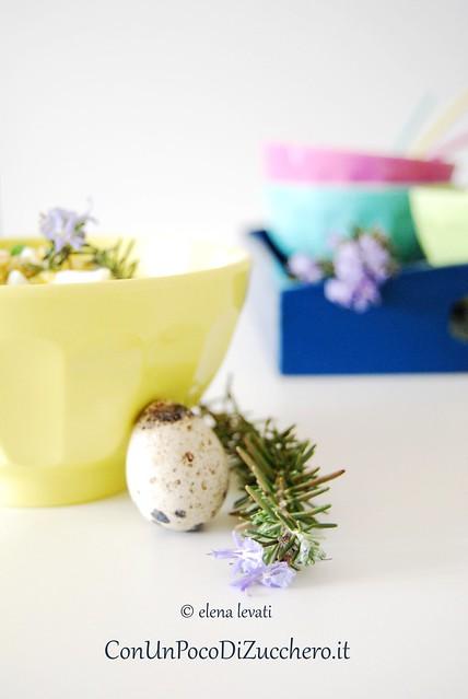 uovo di quaglia e fiore di rosmarino