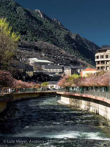 pictures park city primavera sunrise river photography town spring europe photos pics centre capital hauptstadt abril libro ciudad center images fotos april leisure below baixa 90mm fluss sonnenaufgang unten freizeit libre andorra bilder imagen pyrenees iberia frühling ciutat pirineos pirineus riu iberianpeninsula pyrenäen imatges lliure frühjahr leasure freizeitpark parccentral fussweg andorralavella riuvalira iberischehalbinsel serradells sortidadelsol stadtgebiet mfmediumformat andorracity lutzmeyer lutzlutzmeyercom passatgedevalira passeigdelvalira