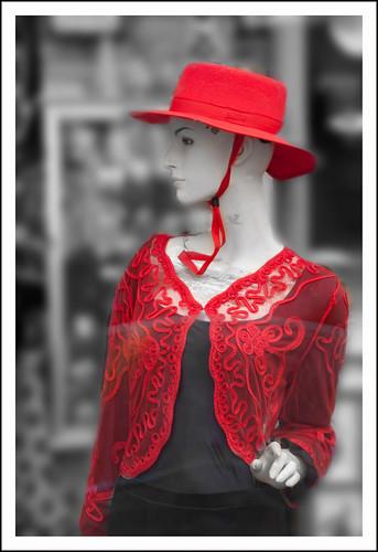 modepop in rood by hans van egdom