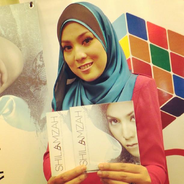 #LiveUpdate : Shila Amzah bergambar bersama album terbaru di #PraDengarAlbumShilaAmzah