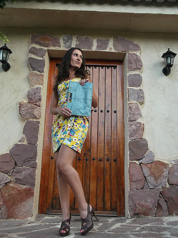 Vestido, escote, pareo, estampado tropical, Hamptons, sandalias romanas, piel marrón, clutch, pitón azul claro, dress, neckline, wrapped shape, tropical print, brown leather roman sandals, python skin clutch, light blue