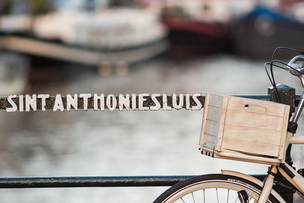 Название моста в Амстердаме и белый велосипед